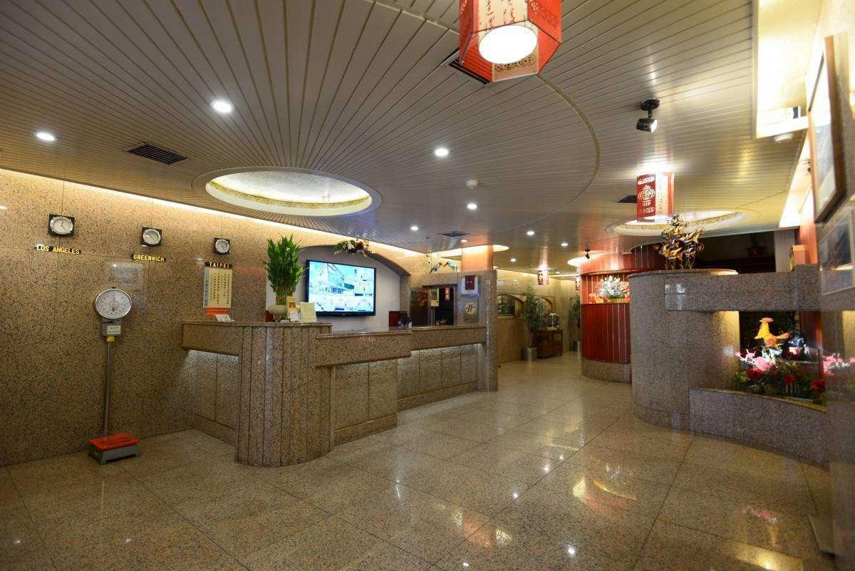 基隆火車站旁華國商務飯店一樓大廳與服務櫃台